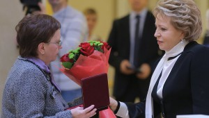 В.Матвиенко вручает награды