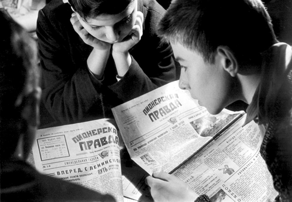 Дети читают газету (1929)