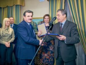 Виктор Черемухин (справа) вручает диплом СЖМ Николаю Терещуку.