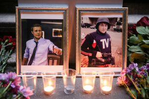 ITAR-TASS: MOSCOW, RUSSIA. JUNE 17, 2014. People bring flowers and light up candles at the VGTRK building to pay tribute to journalist Igor Kornelyuk and sound engineer Anton Voloshin who were killed in a mortar attack near the city of Lugansk, eastern Ukraine on June 17, 2014. (Photo ITAR-TASS/ Mikhail Pochuyev) –†–Њ—Б—Б–Є—П. –Ь–Њ—Б–Ї–≤–∞. 18 –Є—О–љ—П. –¶–≤–µ—В—Л –Є —Б–≤–µ—З–Є —Г –Ј–і–∞–љ–Є—П –Т–У–Ґ–†–Ъ –≤ –њ–∞–Љ—П—В—М –Њ –њ–Њ–≥–Є–±—И–Є—Е –ґ—Г—А–љ–∞–ї–Є—Б—В–∞—Е –Т–У–Ґ–†–Ъ. –Ш–≥–Њ—А—М –Ъ–Њ—А–љ–µ–ї—О–Ї –Є –Р–љ—В–Њ–љ –Т–Њ–ї–Њ—И–Є–љ –њ–Њ–≥–Є–±–ї–Є –≤–Њ –≤—А–µ–Љ—П –Љ–Є–љ–Њ–Љ–µ—В–љ–Њ–≥–Њ –Њ–±—Б—В—А–µ–ї–∞ –њ–Њ–і –Ы—Г–≥–∞–љ—Б–Ї–Њ–Љ. –§–Њ—В–Њ –Ш–Ґ–Р–†-–Ґ–Р–°–°/ –Ь–Є—Е–∞–Є–ї –Я–Њ—З—Г–µ–≤