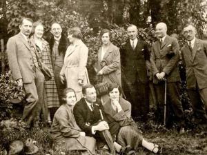 Стоят: первый слева – Е. Коновалец, второй справа – Р. Яри, сидит в центре Ю. Головинский. (Ориентировочно – 1922 год)